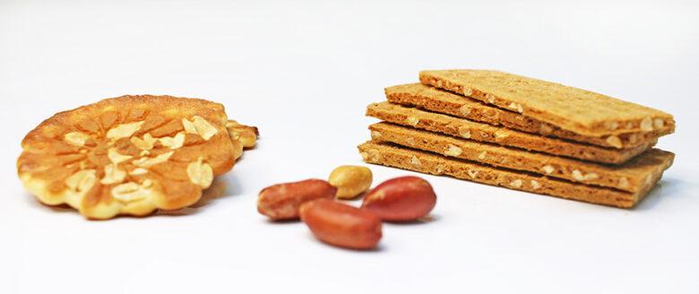 2種類のピーナッツ入りの煎餅と落花生4粒(撮影写真)