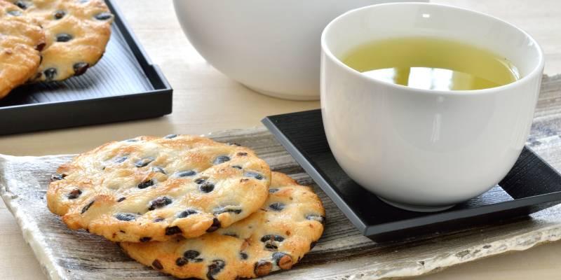せんべいと日本茶の写真