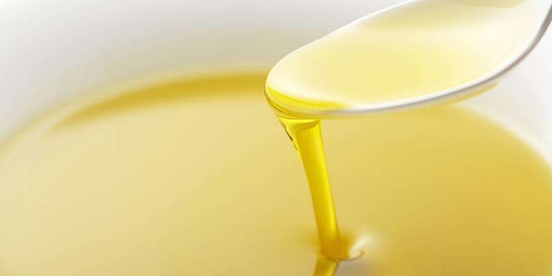 スプーンですくう食用油(イメージ画像)