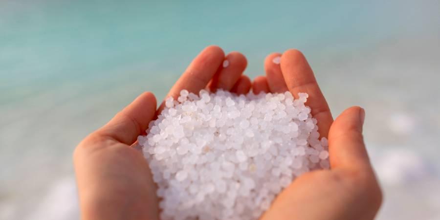 両手ですくった食塩(イメージ画像)