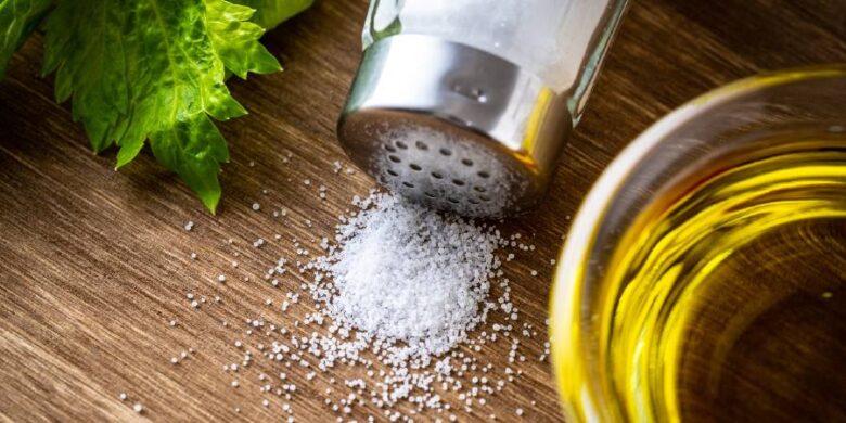 植物油と食塩(イメージ画像)