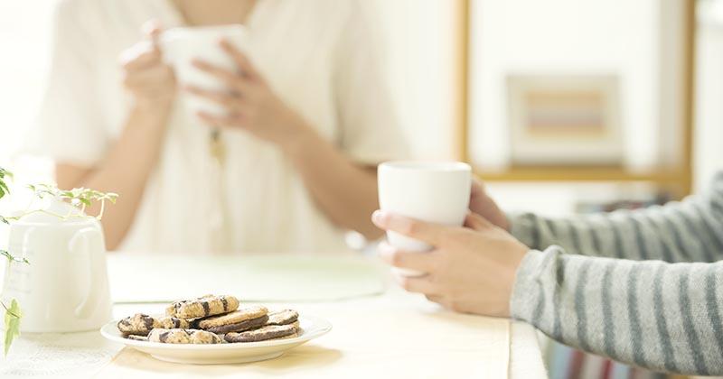 お菓子でティータイムを過ごす様子(イメージ画像)