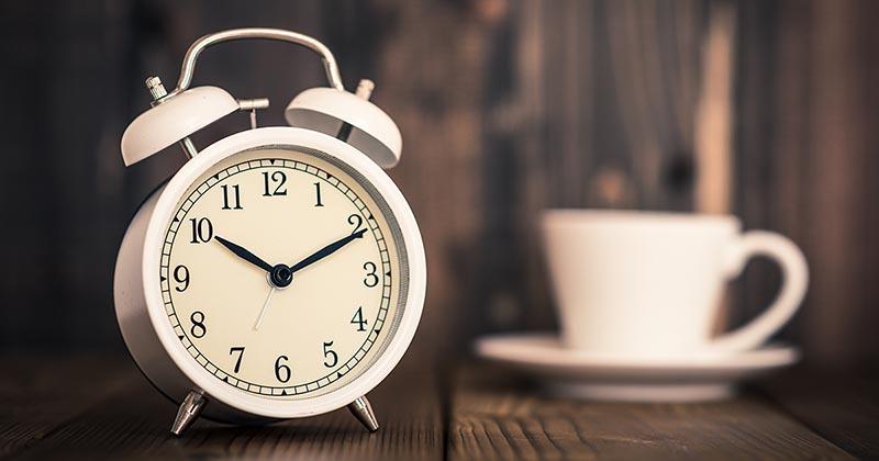 時計とティーカップ(イメージ画像)