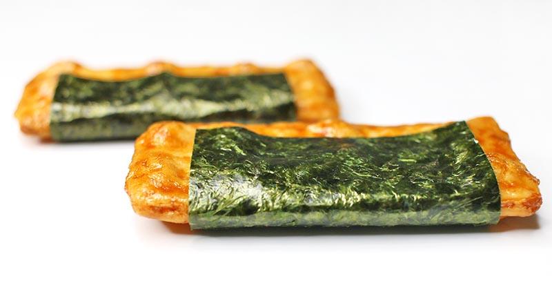 亀田製菓の海苔巻せんべい2枚(撮影写真)