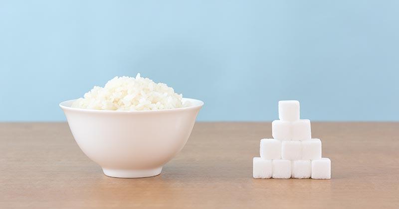茶碗に入ったごはんと角砂糖:糖質(炭水化物)のイメージ画像