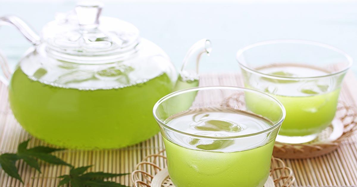 ティーポットとグラスに入った煎茶(イメージ画像)