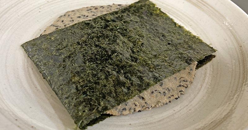 焼き海苔で巻いた胡麻入玄米せんべい:1枚(撮影写真)